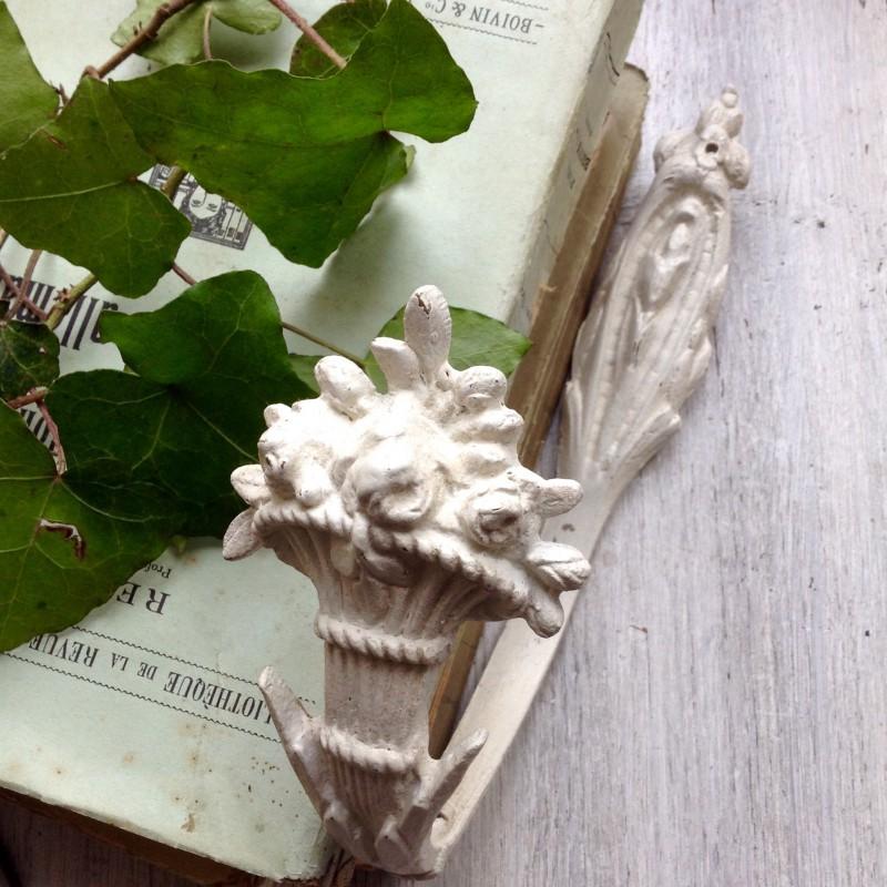 paire d 39 embrasse ancienne en bronze de style louis xvi patine blanche. Black Bedroom Furniture Sets. Home Design Ideas