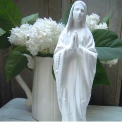 Statuette Notre-Dame de Lourdes Patinée Blanc Grisé