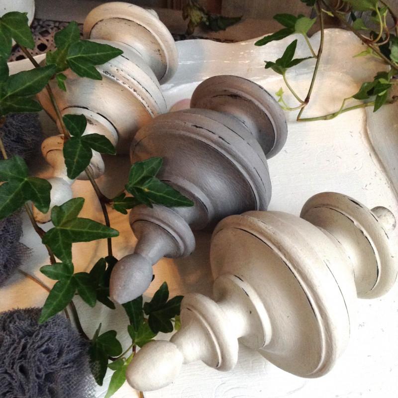 ensemble de 3 toupies en bois patine gris et blanc gustavien. Black Bedroom Furniture Sets. Home Design Ideas