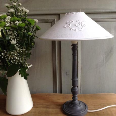 lampe en bois patine gris et abat jour tonkinois en coton. Black Bedroom Furniture Sets. Home Design Ideas
