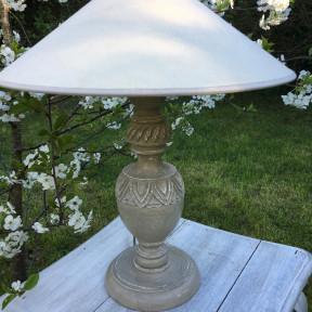 Lampe en bois sculptée patinée vert de gris