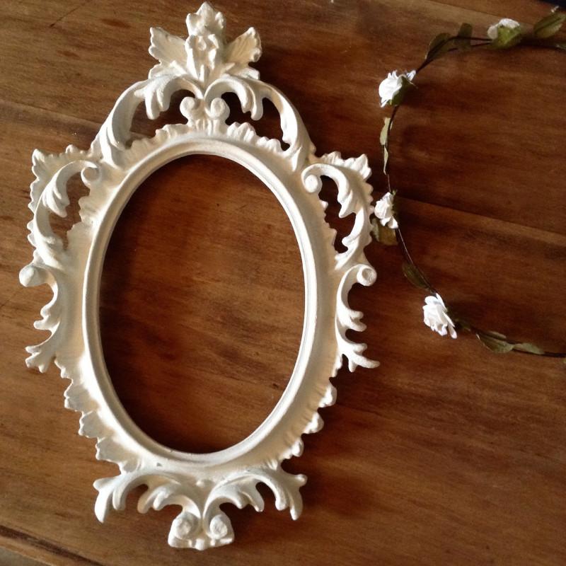 cadre baroque ancien ovale en r sine patine blanche de style louis xv. Black Bedroom Furniture Sets. Home Design Ideas