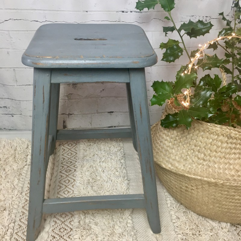 tabouret de ferme ou d atelier ancien en bois pied oblique patine bleu. Black Bedroom Furniture Sets. Home Design Ideas