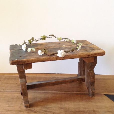 petit banc repose pied ancien en bois brut naturel patine d 39 origine. Black Bedroom Furniture Sets. Home Design Ideas